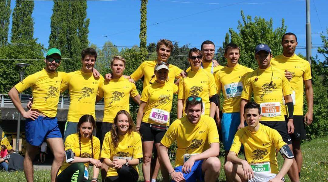 14 membres du HEC Lausanne Running Club posant avant le départ des 20 kilomètres de Lausanne.